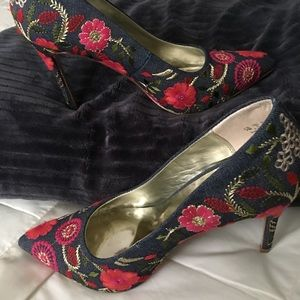 Flowered embroidered pumps by Carlos Santana